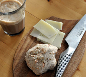 512px-Flickr_-_cyclonebill_-_Caffe_latte,_bolle_og_manchego